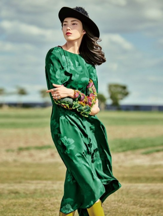 jessie-hsu-by-yin-chao-for-vogue-china-august-2015-flowers-print-1ss-620x824